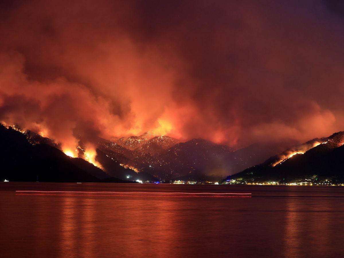 Foto: Los bosques que rodean la zona turística de Marmaris son devorados por las llamas. (EFE)