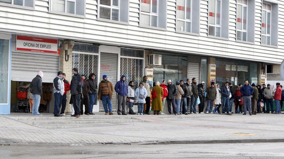 Foto: Un grupo de personas hace cola frente al INEM