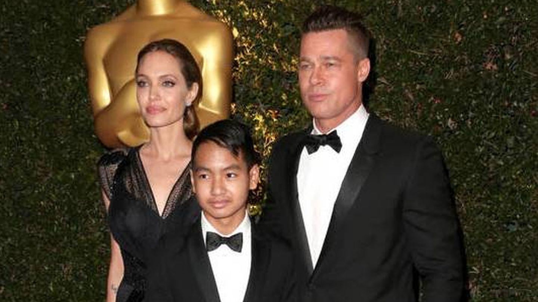 Angelina Jolie y Brad Pitt, junto a su hijo Maddox en una imagen de 2016. (Getty)
