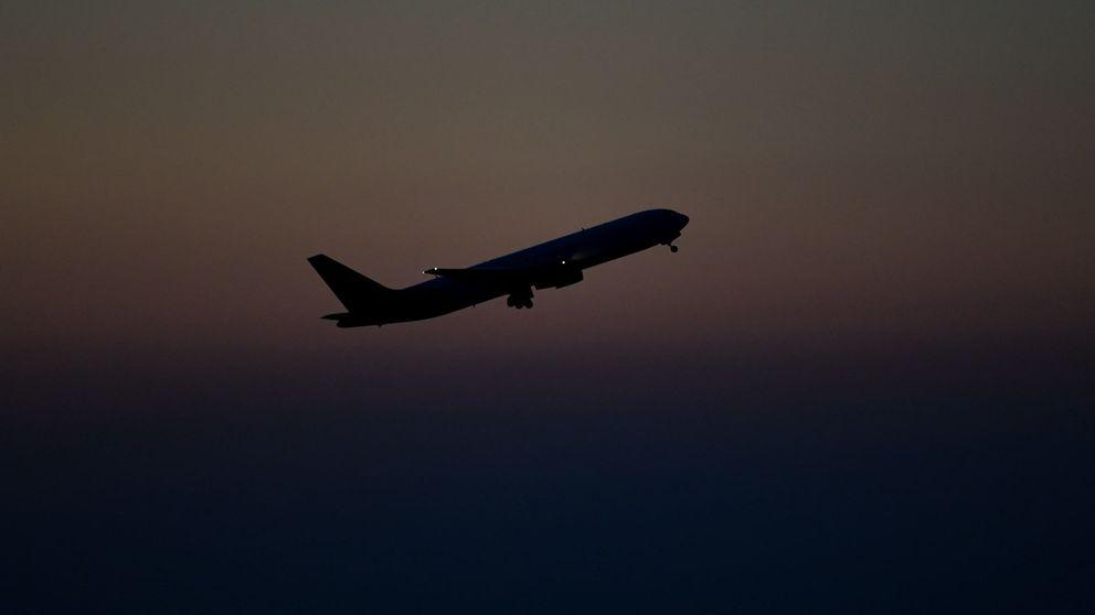 Se duerme durante un vuelo y despierta atrapada e incomunicada en el avión