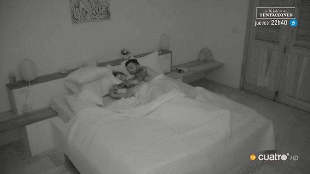 Foto: Fani durmiendo con Rubén en 'La isla de las tentaciones'. (Cuatro)