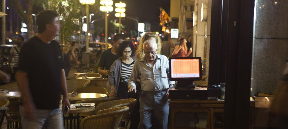 Foto: Israelíes que cenaban en un restaurante de Tel Aviv se dirigen a un refugio al sonar las sirenas (Reuters).