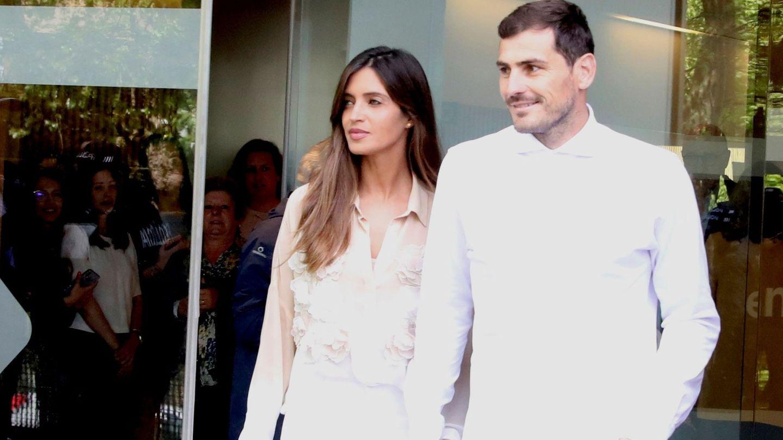 6 de mayo de 2019 de Iker y Sara, abandonando el hospital tras sufrir él un infarto. (EFE)