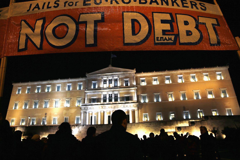 Foto: Las siluetas de ciudadanos griegos frente al Parlamento durante una manifestación de apoyo al Gobierno y contra la troika celebrada en Atenas (Reuters)
