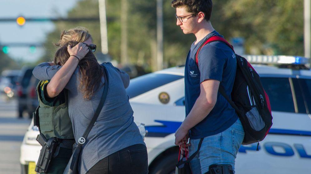 Foto: Familiares consuelan a varios estudiantes tras el tiroteo registrado en Florida. (EFE)