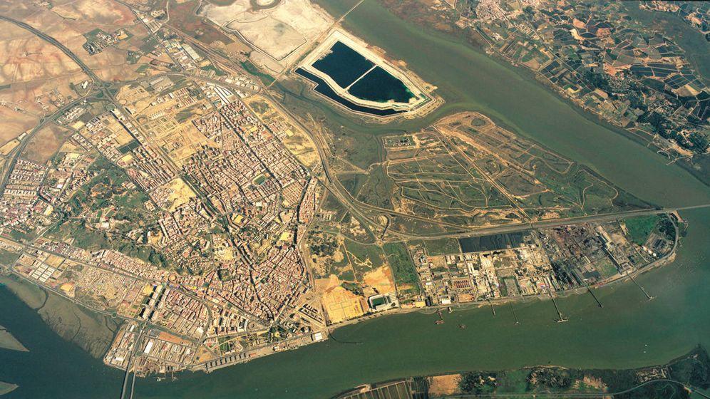 Foto: Imagen aérea de Huelva con las balsas de fosfoyesos en la parte superior. (Aiqbe)