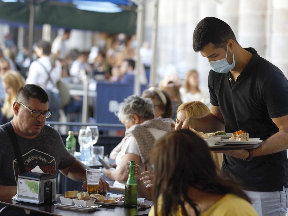 Foto: Un camarero sirve a unos clientes en un bar de Bilbao. (EFE)