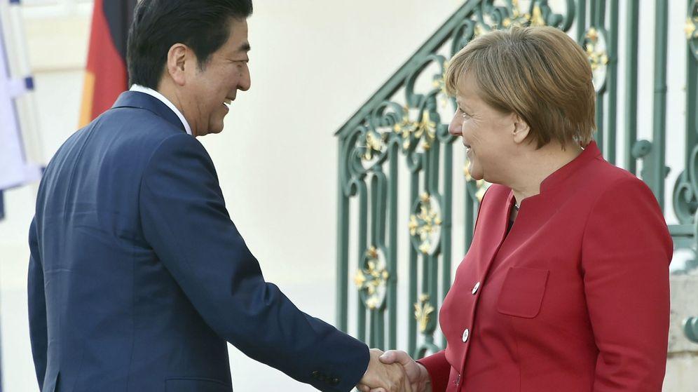 Foto: La canciller alemana, Angela Merkel, estrecha la mano del primer ministro japonés, Shinzo Abe. (EFE)