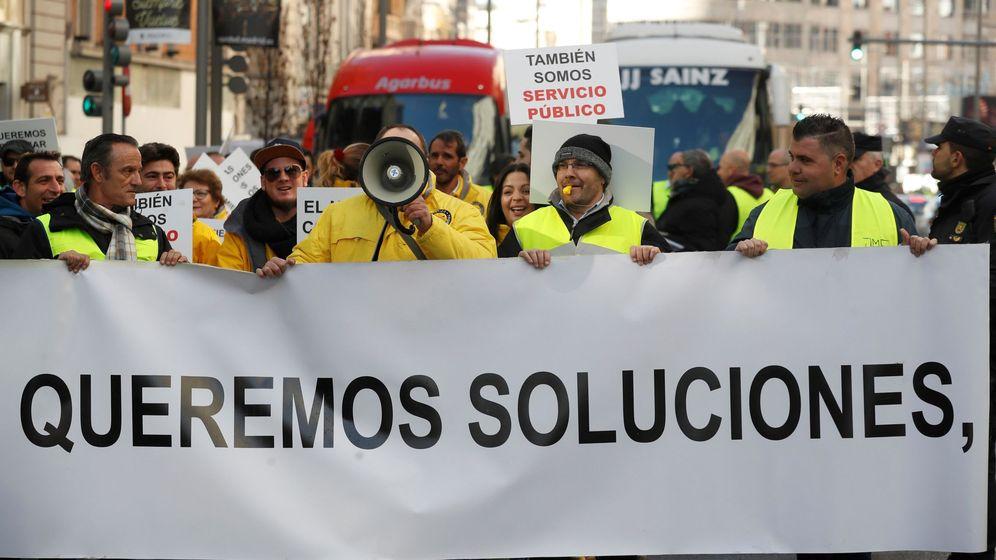 Foto: Conductores de autocares independientes discrecionales de Madrid, durante una protestas por Madrid Central. (EFE)
