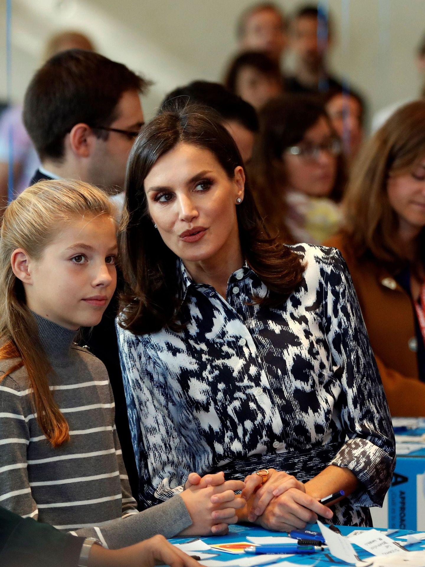 La reina Letizia y la infanta Sofía, en un taller en los X Premios Princesa de Girona.    (EFE)