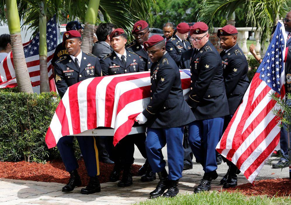 Foto: Una guardia de honor porta el ataúd de David T. Johnson, muerto en la emboscada en Níger, durante su funeral en Florida. (Reuters)