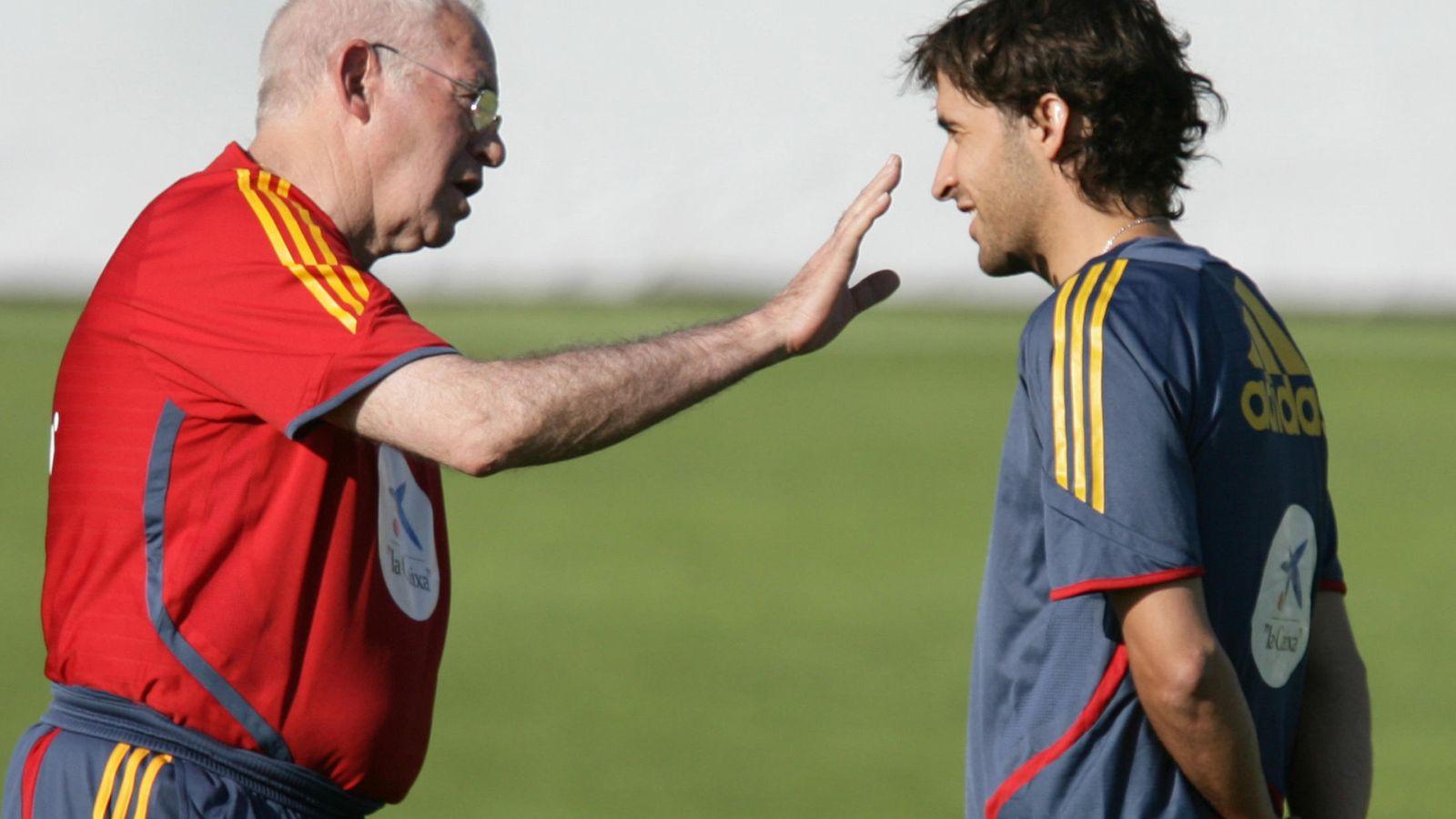 Foto: Luis Aragonés y Raúl, durante un entrenamiento con la selección española (Reuters)