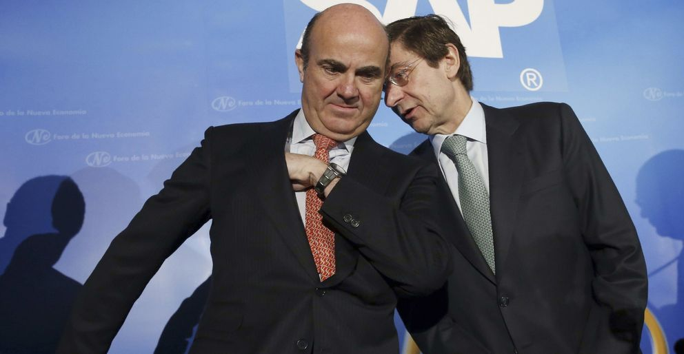 El ministro de Economía y el presidente de Bankia, José Ignacio Goirigolzarri. (EFE)