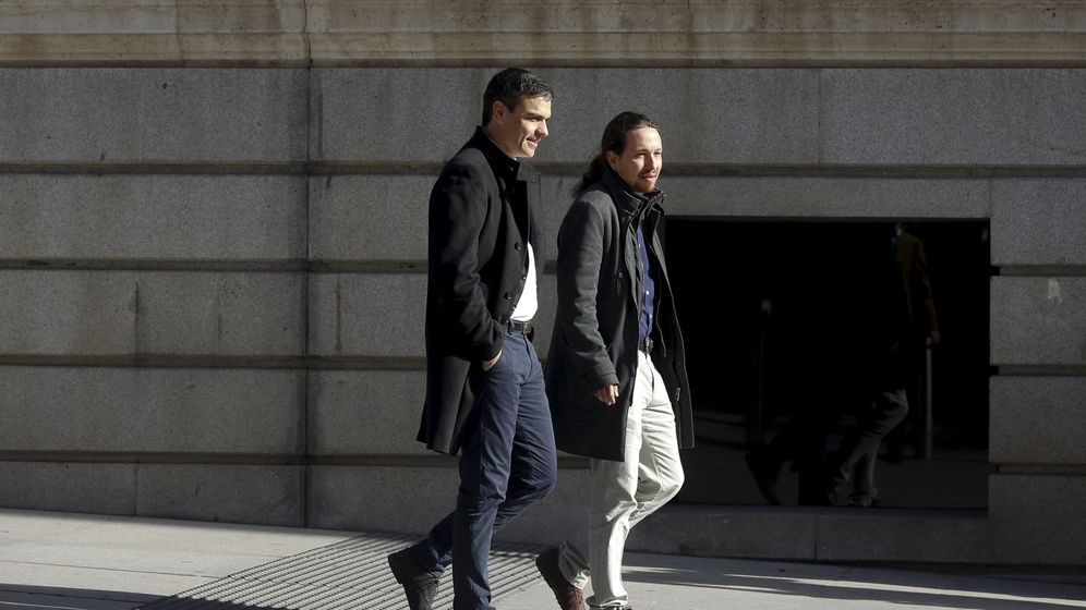 Foto: Socialist leader sanchez and podemos leader iglesias talk as they walk outside parliament before their meeting in madrid