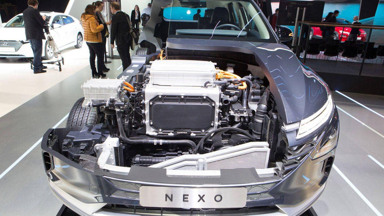 La pila de combustible arriba y debajo el motor eléctrico.