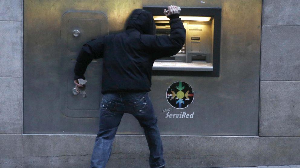 Comisiones bancarias estos son los bancos que no le for Comisiones cajeros