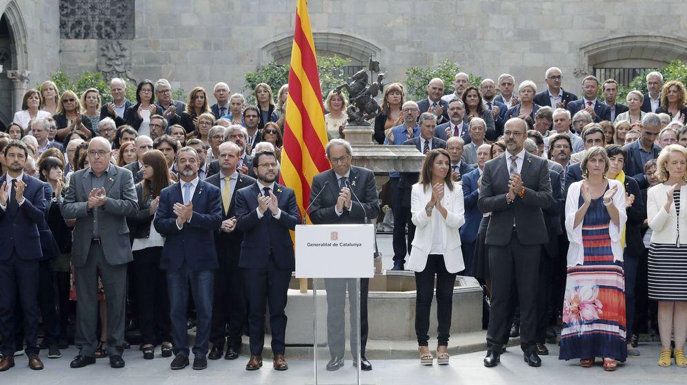 Foto: El presidente de la Generalitat, Quim Torra, junto a todo el Govern, el pasado 1-O. (EFE)