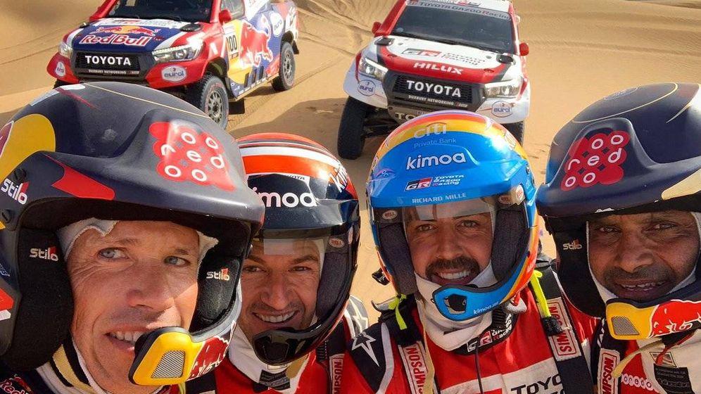 Foto: Fernando Alonso, con Marc Coma, Nasser Al Attiyah y su copiloto Matthieu Baumel