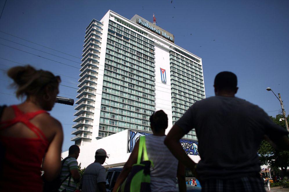 Foto: Trabajadores cubanos esperan un transporte frente al hotel Habana Libre en la capital cubana, el 29 de julio de 2016 (Reuters)