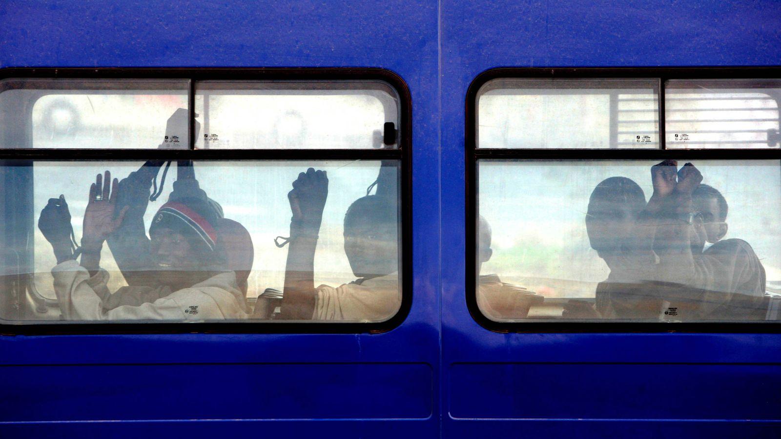 Foto: Septiembre de 2006: un grupo de inmigrantes es transferido del CIE 'El Matorral' al aeropuerto de Fuerteventura. REUTERS/Juan Medina