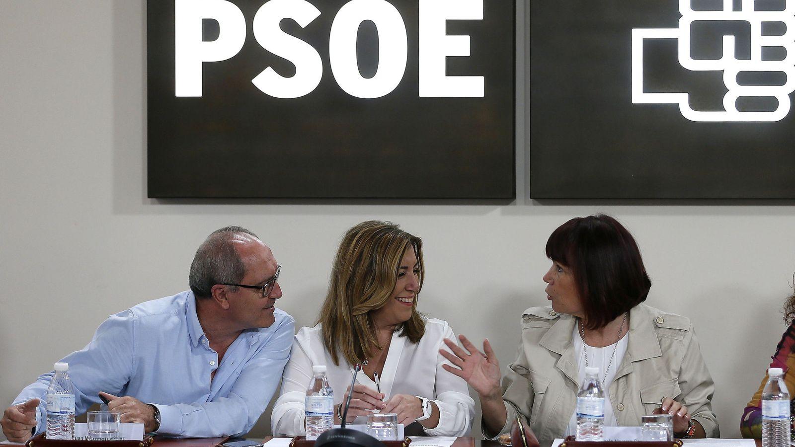 Foto:  La secretaria general del PSOE de Andalucía y presidenta de la Junta, Susana Díaz (c), junto al secretario de Organización, Juan Cornejo . (EFE)