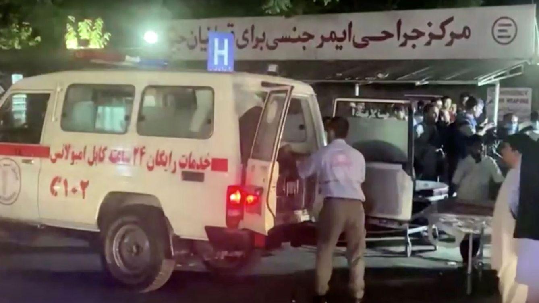 Foto: Traslado al hospital de los heridos de las explosiones en el aeropuerto de Kabul. (Reuters)