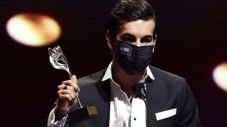 Mario Casas tras recibir el premio por 'No matarás'. (EFE)
