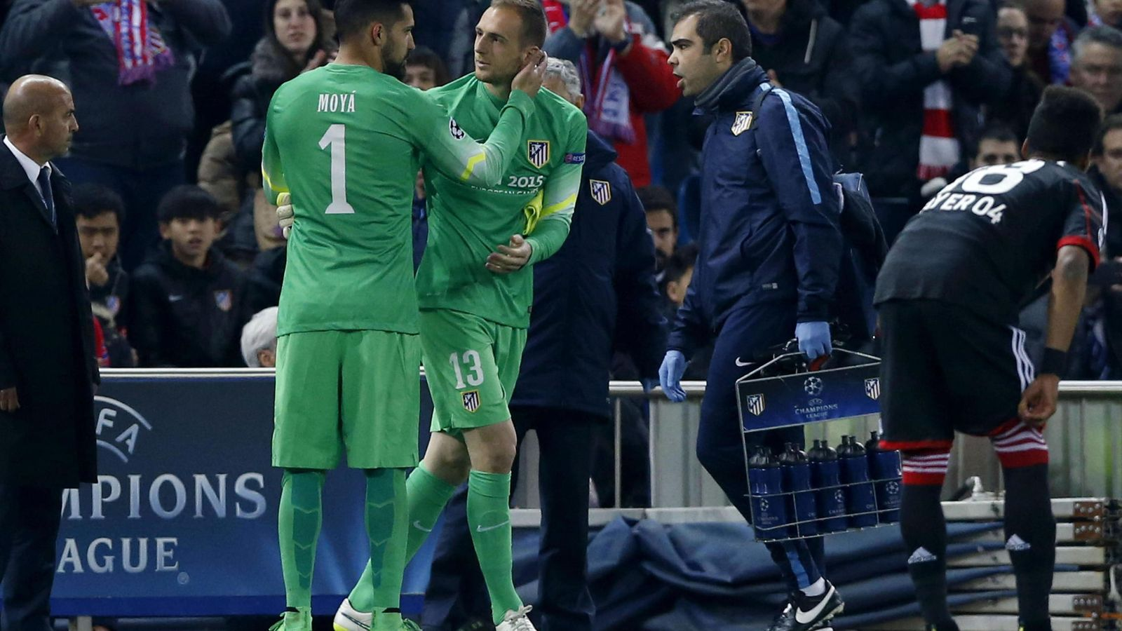Foto: Moyá se lesionó ante el Bayer en los octavos de Champions de 2015 (Kiko Huesca/EFE).