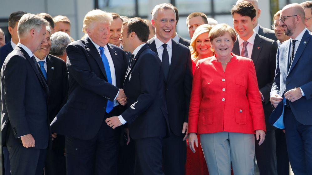 Foto: Saludo entre Trump y Macron en la cumbre de la OTAN (Reuters)
