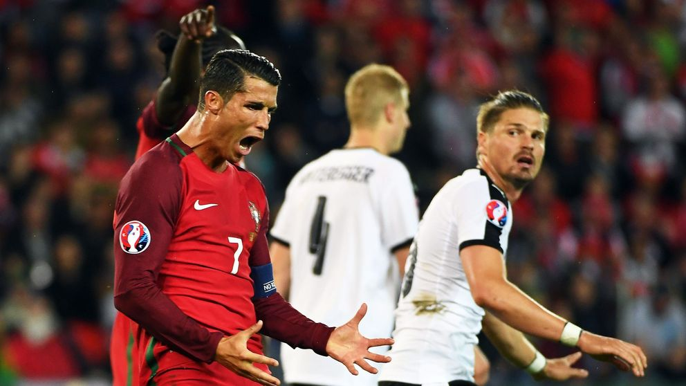 Cristiano Ronaldo le quita el micrófono a un periodista y lo tira al agua