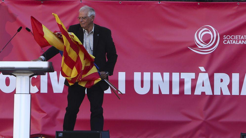 Foto: Pepe Borrell, nuevo ministro de Exteriores, el pasado 29 de octubre en la manifestación de Societat Civil Catalana. (EFE)