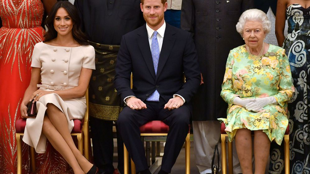 Foto: Meghan y Harry, junto a Isabel II. (Reuters)