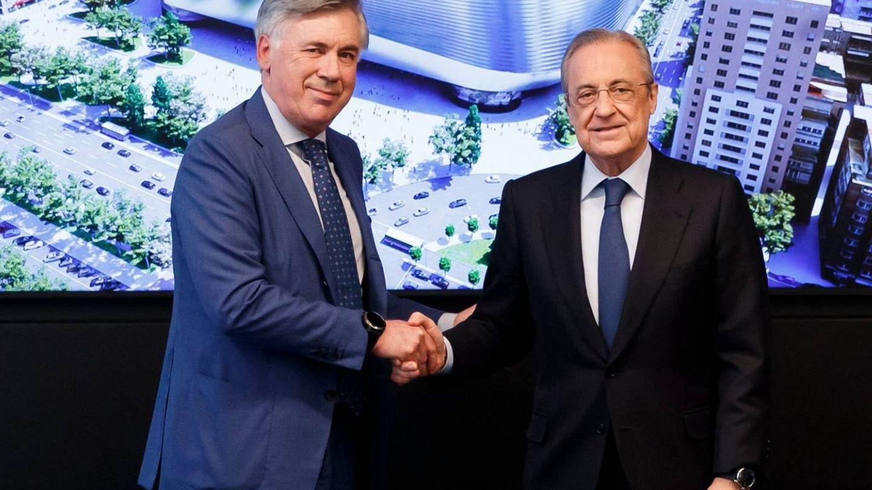 Ancelotti y Florentino Pérez se estrechan la mano tras la firma del contrato. (Real Madrid)