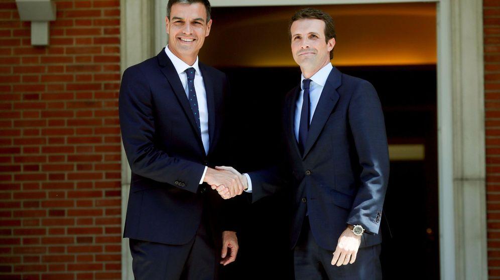 Foto: El presidente del Gobierno, Pedro Sánchez, durante el encuentro con el nuevo líder del PP, Pablo Casado. (EFE)