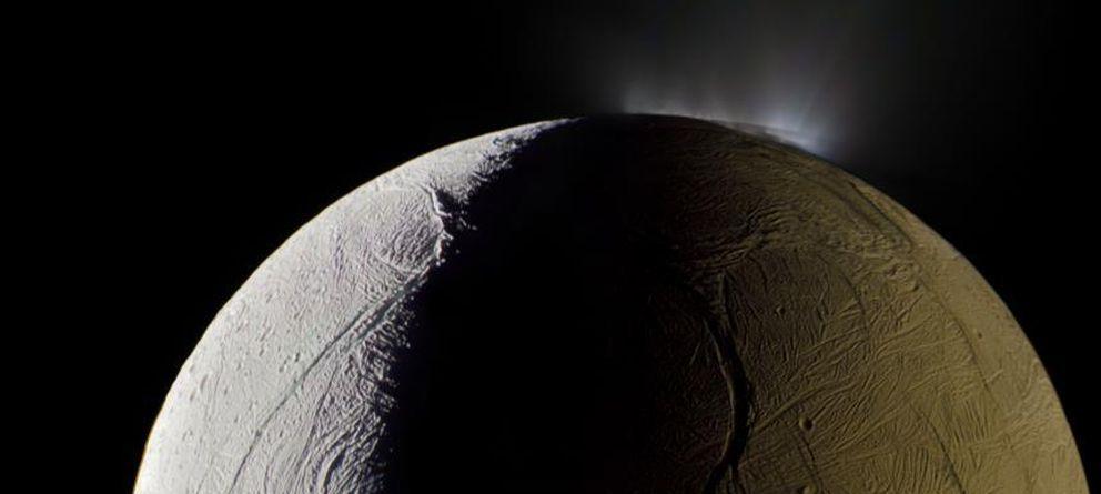 Foto  La luna de Saturno, Encelado, alberga un océano interior de agua  líquida 793c7fd013
