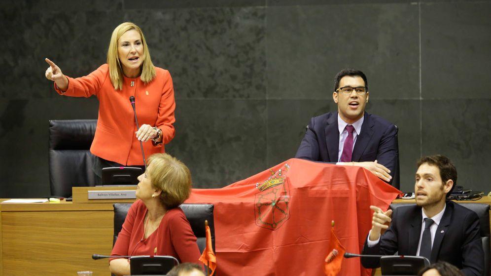Foto: Ana Beltran, portavoz del PPN, se enfrenta desde la bancada de la oposición al cuatripartito con una bandera de Navarra este jueves en el Parlamento de Navarra. (P.N.)