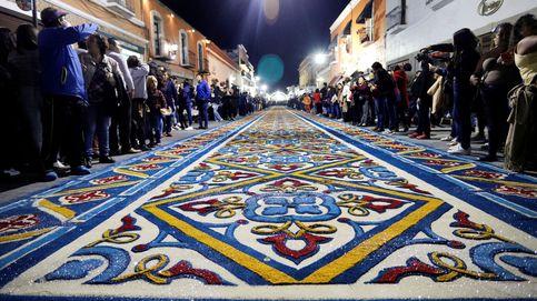 Tapetes callejeros en México y el inicio de la feria de Málaga: el día en fotos