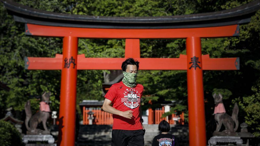 Foto: Un runner en la puerta del santuario Fushimi Inari Taisha en Kyoto, Japón (EFE)