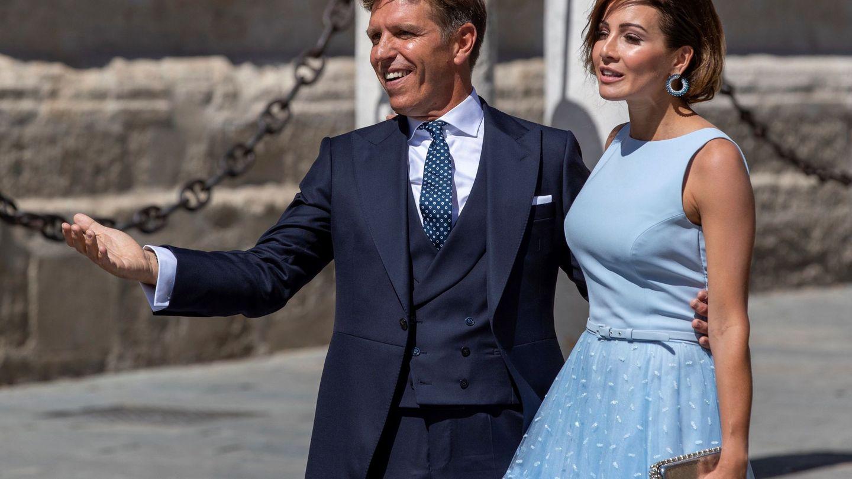 Manuel Díaz y su pareja, en la boda de Pilar Rubio y Sergio Ramos. (EFE)