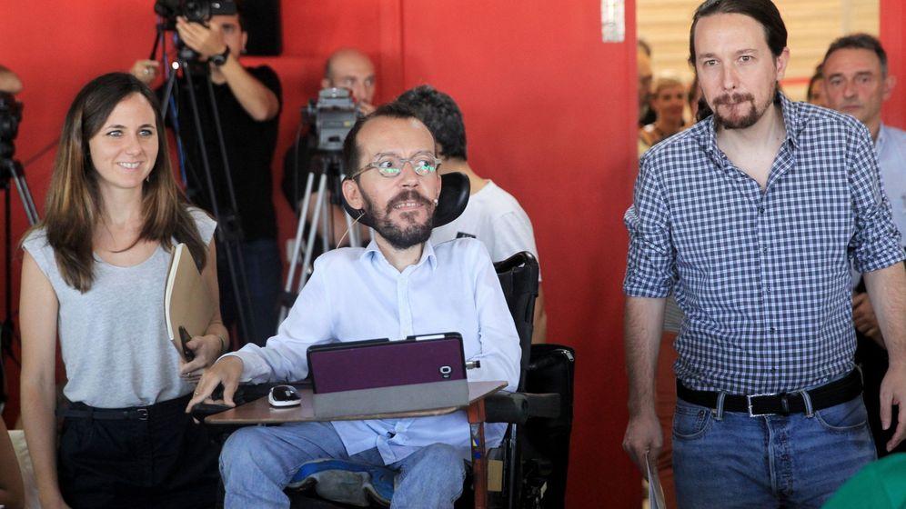 Foto: El líder de Podemos, Pablo Iglesias (d), el secretario de Organización, Pablo Echenique y la portavoz adjunta en el Congreso, Ione Belarra, durante la presentación de su proyecto de presupuestos. (EFE)