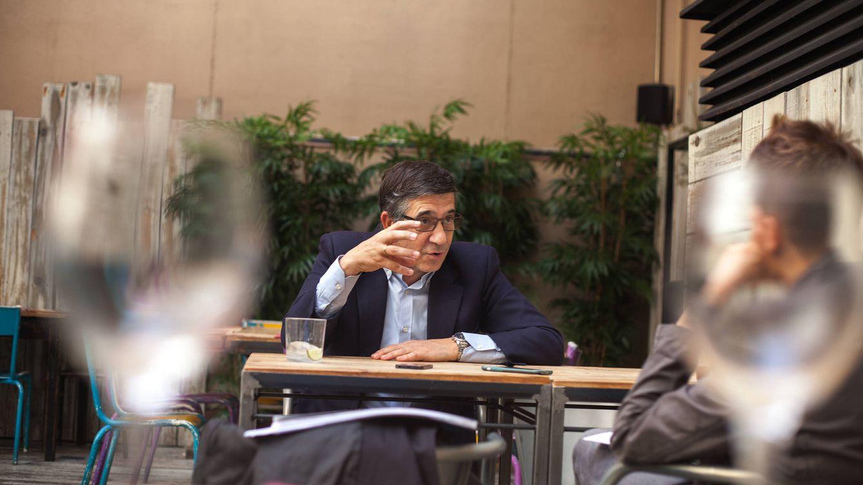 Foto: Patxi López, durante una entrevista con El Confidencial en un restaurante cercano al Congreso. (Enrique Villarino)