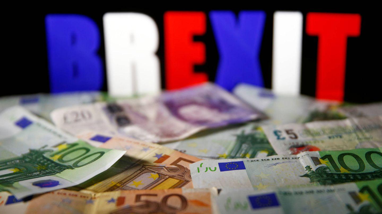 Billetes de euro y libra ante la palabra Brexit. (Reuters)