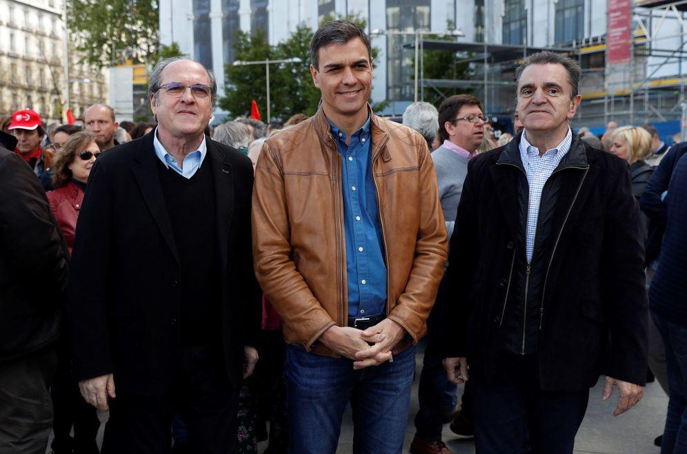 Foto: Pedro Sánchez, flanqueado por Ángel Gabilondo y José Manuel Franco, en la última manifestación del Primero de Mayo, en Madrid. (EFE)