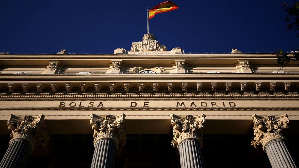 Foto: La bandera de España ondea en la Bolsa de Madrid, hogar del Ibex 35. (Reuters)