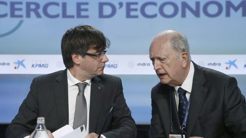 Foto: El presidente de la Generalitat, Carles Puigdemont (i), y el presidente del Círculo de Economía de Sitges, Juan José Bruguera. (EFE)
