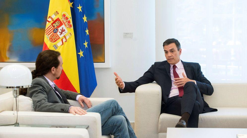 Foto: Pedro Sánchez y Pablo Iglesias conversan en un encuentro en Moncloa. (EFE)