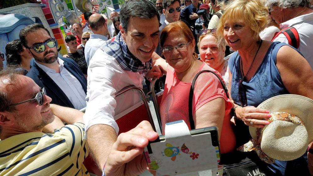 Foto: El presidente en funciones, Pedro Sánchez, se hace un selfi con varios simpatizantes en Alicante. Reuters