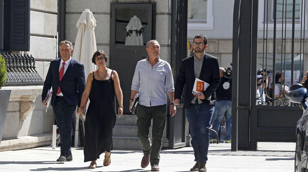 Foto: Los cuatro diputados de Compromís, en la puerta del Congreso. (Efe)