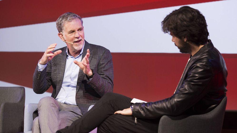 Foto: El CEO de Netflix , Reed Hastings (i), conversa con el actor Álvaro Morte. (EFE)