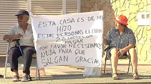 Una pareja de jubilados acampa en la puerta de un chalet para echar al inquilino que no paga